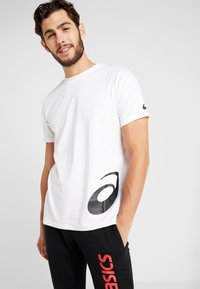 ASICS - LOW BIG LOGO TEE - T-shirt med print - brilliant white/performance black - 0