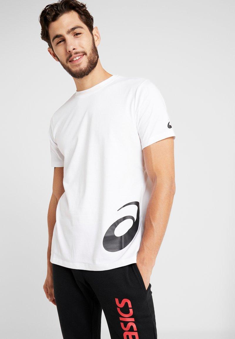 ASICS - LOW BIG LOGO TEE - T-shirt imprimé - brilliant white/performance black