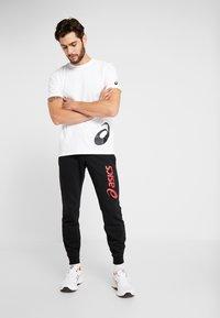 ASICS - LOW BIG LOGO TEE - T-shirt imprimé - brilliant white/performance black - 1