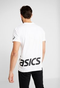 ASICS - LOW BIG LOGO TEE - T-shirt med print - brilliant white/performance black