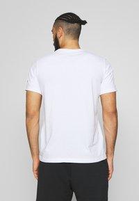 ASICS - RUNNING GRAPHIC TEE - Print T-shirt - brilliant white - 2