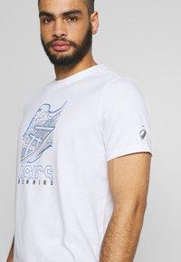 ASICS - RUNNING GRAPHIC TEE - Print T-shirt - brilliant white - 4