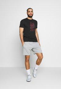 ASICS - RUNNING GRAPHIC TEE - Print T-shirt - performance black - 1