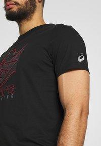 ASICS - RUNNING GRAPHIC TEE - Print T-shirt - performance black - 4