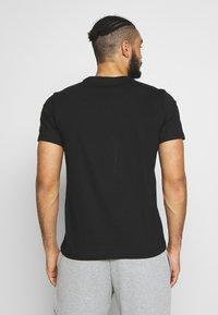 ASICS - RUNNING GRAPHIC TEE - Print T-shirt - performance black - 2