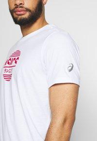 ASICS - TOKYO GRAPHIC JAPAN TEE - T-shirt med print - brilliant white - 4