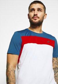 ASICS - RACE - Print T-shirt - brilliant white/grand shark - 3