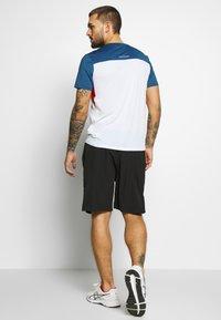 ASICS - RACE - Print T-shirt - brilliant white/grand shark - 2
