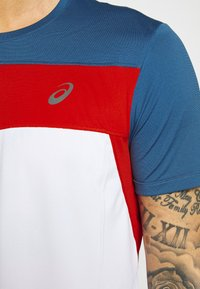 ASICS - RACE - Print T-shirt - brilliant white/grand shark - 6