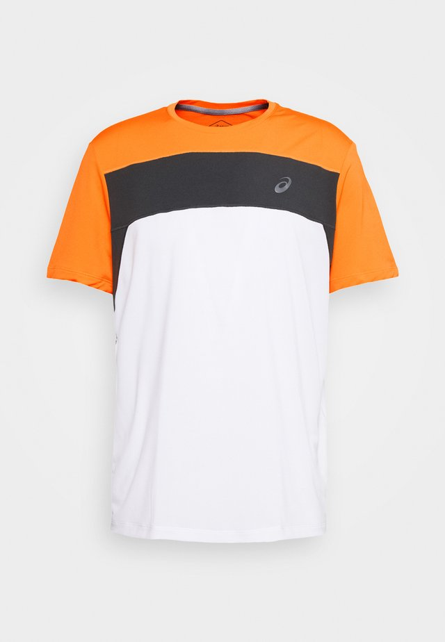 RACE - Camiseta estampada - brilliant white/orange pop
