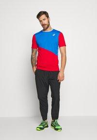 ASICS - CLUB TEE - Print T-shirt - electric blue/classic red - 1