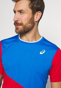 ASICS - CLUB TEE - Print T-shirt - electric blue/classic red - 4