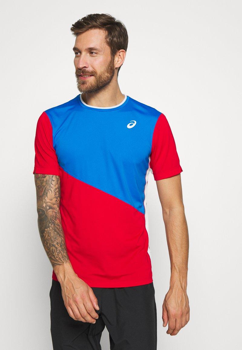 ASICS - CLUB TEE - Print T-shirt - electric blue/classic red