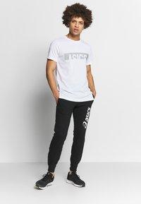 ASICS - BIG LOGO PANT - Teplákové kalhoty - performance black/brilliant white - 1