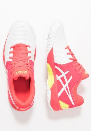 GEL-RESOLUTION 7 - Tenisové boty na všechny povrchy - white/laser pink