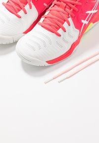 ASICS - GEL-RESOLUTION 7 - Tenisové boty na všechny povrchy - white/laser pink - 6