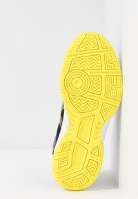ASICS - UPCOURT 3 - Tennisschoenen voor alle ondergronden - black/sour yuzu - 4