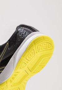 ASICS - UPCOURT 3 - Tennisschoenen voor alle ondergronden - black/sour yuzu - 5