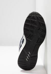 ASICS - HYPERGEL - Neutrální běžecké boty - black/white - 5
