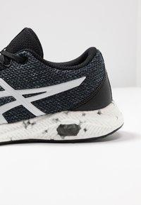 ASICS - HYPERGEL - Neutrální běžecké boty - black/white - 2