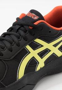ASICS - GEL-GAME - Tenisové boty na antuku - black/sour yuzu - 2