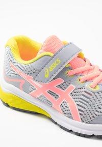 ASICS - GT-1000 8  - Neutrální běžecké boty - piedmont grey/sun coral - 2