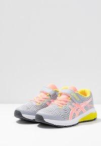 ASICS - GT-1000 8  - Neutrální běžecké boty - piedmont grey/sun coral - 3