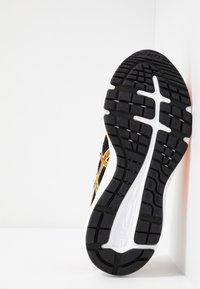 ASICS - GEL-EXCITE 6 - Hardloopschoenen neutraal - black/shocking orange - 4