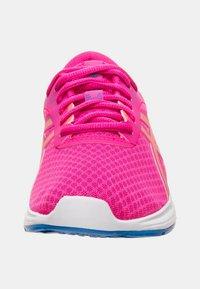 ASICS - PATRIOT 11 - Hardloopschoenen neutraal - pink glow/sun coral - 5