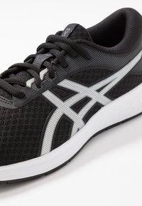 ASICS - PATRIOT 11 - Neutrální běžecké boty - black/silver - 5