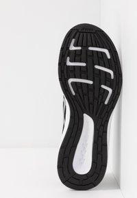 ASICS - PATRIOT 11 - Neutrální běžecké boty - black/silver - 4