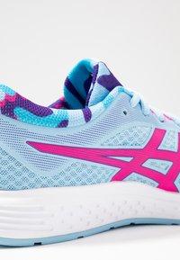 ASICS - PATRIOT 11 - Hardloopschoenen neutraal - heritage blue/pink glow - 5