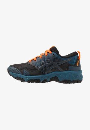 GEL-FUJITRABUCO 8 - Běžecké boty do terénu - directoire blue/carrier grey