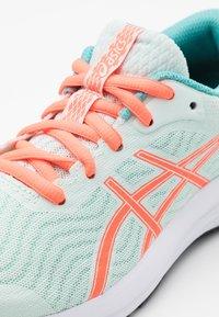 ASICS - PATRIOT 12 - Zapatillas de running neutras - bio mint/sunrise red - 5