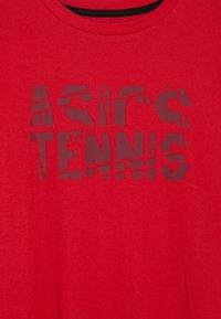 ASICS - TENNIS - T-shirt print - speed red - 3