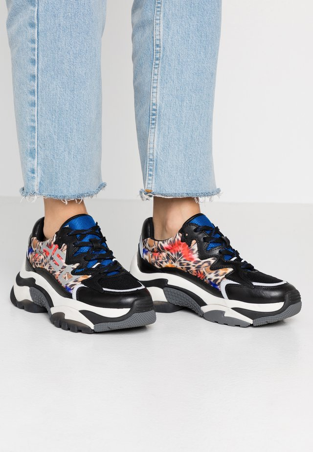 ADDICTION - Sneaker low - royal/cheeta