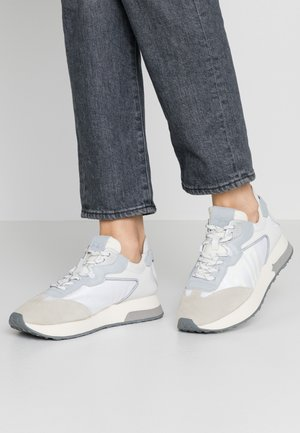 TIGER - Matalavartiset tennarit - white/silver