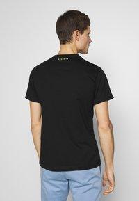 Hackett Aston Martin Racing - LOGO TEE - T-shirt basic - black - 2