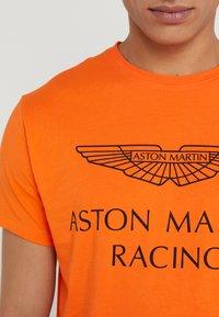 Hackett Aston Martin Racing - AMR WINGS TEE - T-shirts print - flame orange - 5