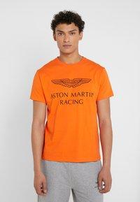 Hackett Aston Martin Racing - AMR WINGS TEE - T-shirts print - flame orange - 0