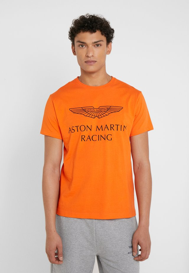 AMR WINGS TEE - Print T-shirt - flame orange