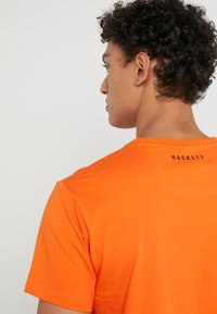 Hackett Aston Martin Racing - AMR WINGS TEE - T-shirts print - flame orange - 3
