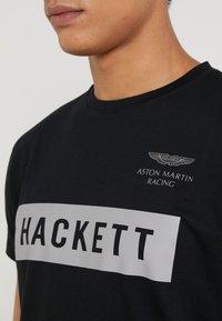 Hackett Aston Martin Racing - AMR HACKETT TEE - Triko spotiskem - black - 4