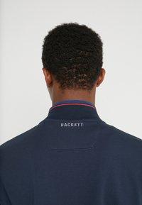 Hackett Aston Martin Racing - TRACK TOP - Mikina na zip - navy - 3