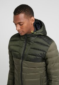 Hackett Aston Martin Racing - CORE SKI JACKET - Dunjakke - olive - 4