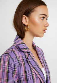 Astrid & Miyu - BASIC LARGE HOOP EARRINGS - Kolczyki - gold-coloured - 1