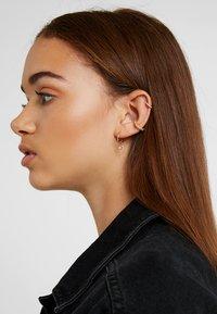 Astrid & Miyu - MYSTIC HUGGIES - Earrings - gold-coloured - 1