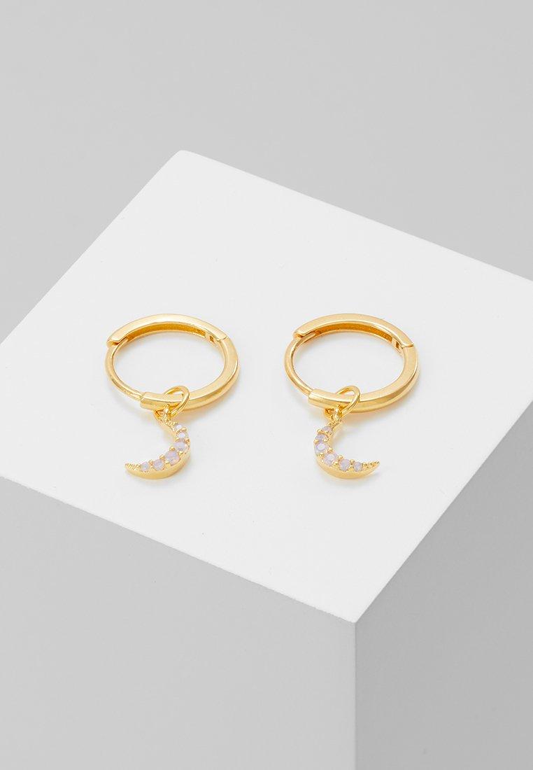 Astrid & Miyu - MYSTIC MOON PENDANT EARRINGS HOOPS - Náušnice - gold-coloured