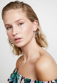 Astrid & Miyu - THE THIN LINE EAR CUFF - Earrings - silver-coloured - 1