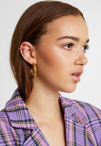 Astrid & Miyu - THE THIN LINE EAR CUFF - Örhänge - gold-coloured - 1
